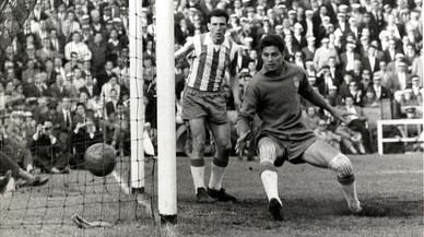 Vicente, portero españolista, no puede detener el chut de Luisito Suárez que ha topado en Eulogio Martínez, en la temporada 59-60.