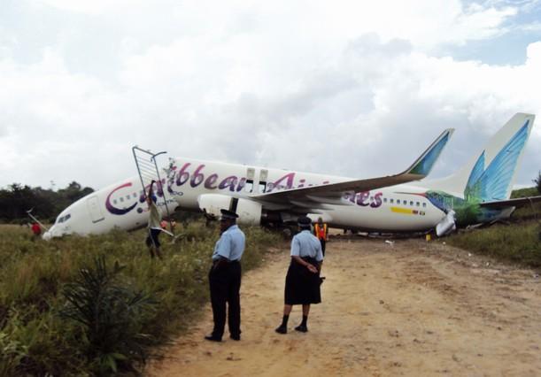 Personal de rescate trabajando en el avión siniestrado, en Guyana. STR | REUTERS
