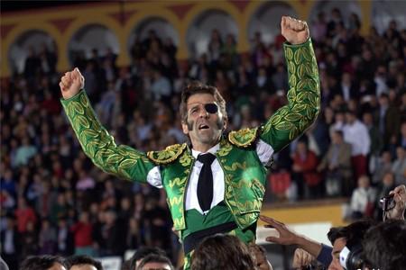 El torero Juan José Padilla, a hombros de los aficionados en Olivenza.