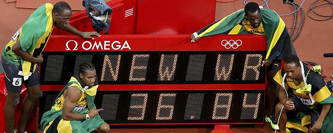 L'equip jamaicà celebra l'or i el nou rècord mundial en 4x100. REUTERS