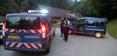 Gendarmes en la zona prxima al lago de Annecy (Francia) donde se ha producido el asesinato mltiple.