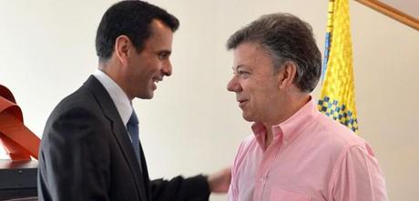 Capriles, izquierda, es recibido por el presidente colombiano. REUTERS