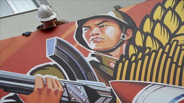 Un trabajador sacando el cartel de The Interview, la película cancelada de Sony, el pasado jueves en Hollywood, California.