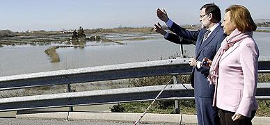 Mariano Rajoy y Luisa Fernanda Rudi, durante la visita del presidente del Gobierno a Arag�n para ver los efectos de la crecida del Ebro.