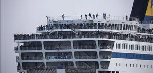 Refugiados e inmigrantes abandonan Lesbos a bordo de una gran embarcación.