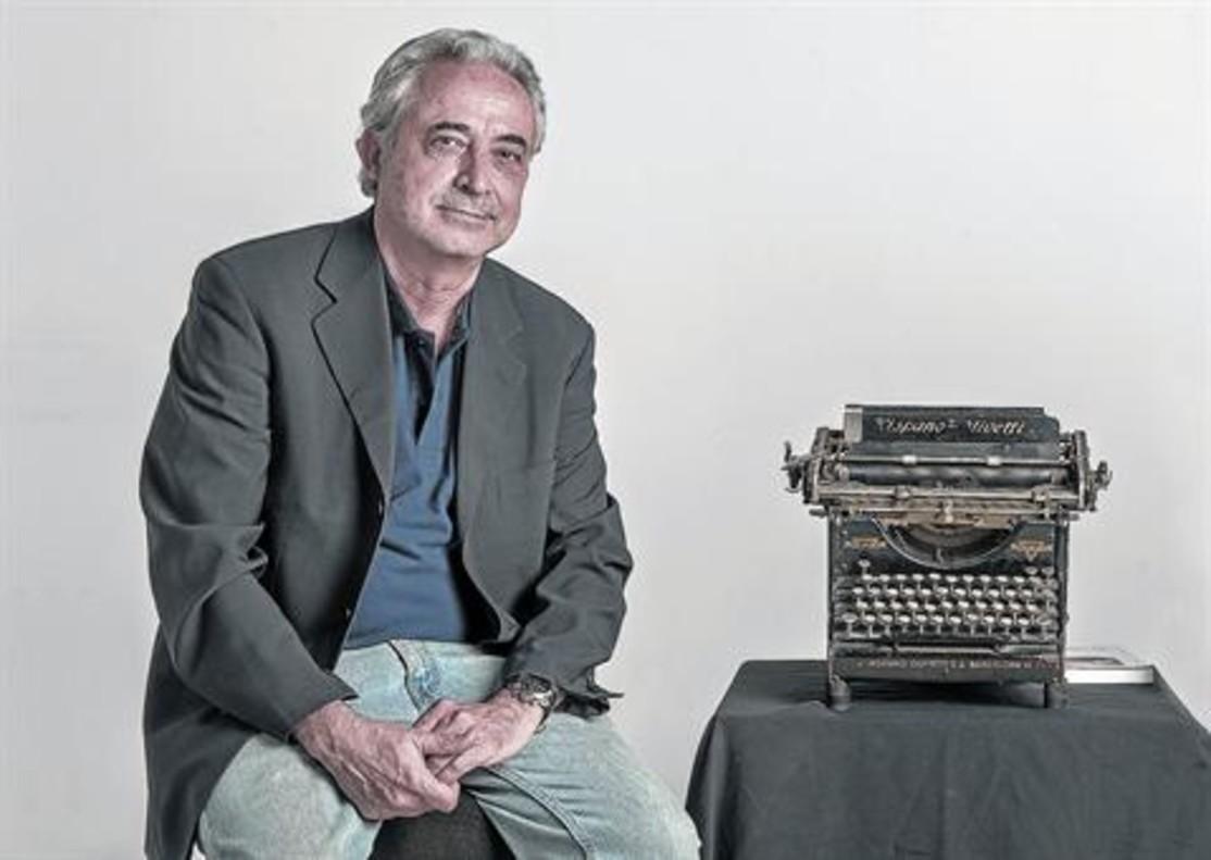 Josep Carles Rius, junto a una antigua máquina Hispano Olivetti, símbolo del periodismo de otros tiempos.