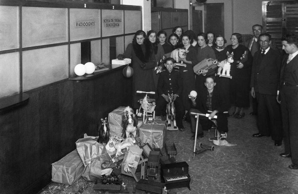 Recogida de juguetes, en los años 30, en las oficinas de Ràdio Barcelona.