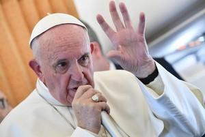 El papa Francisco habla con los periodistas en un avión, el pasado 1 de noviembre.