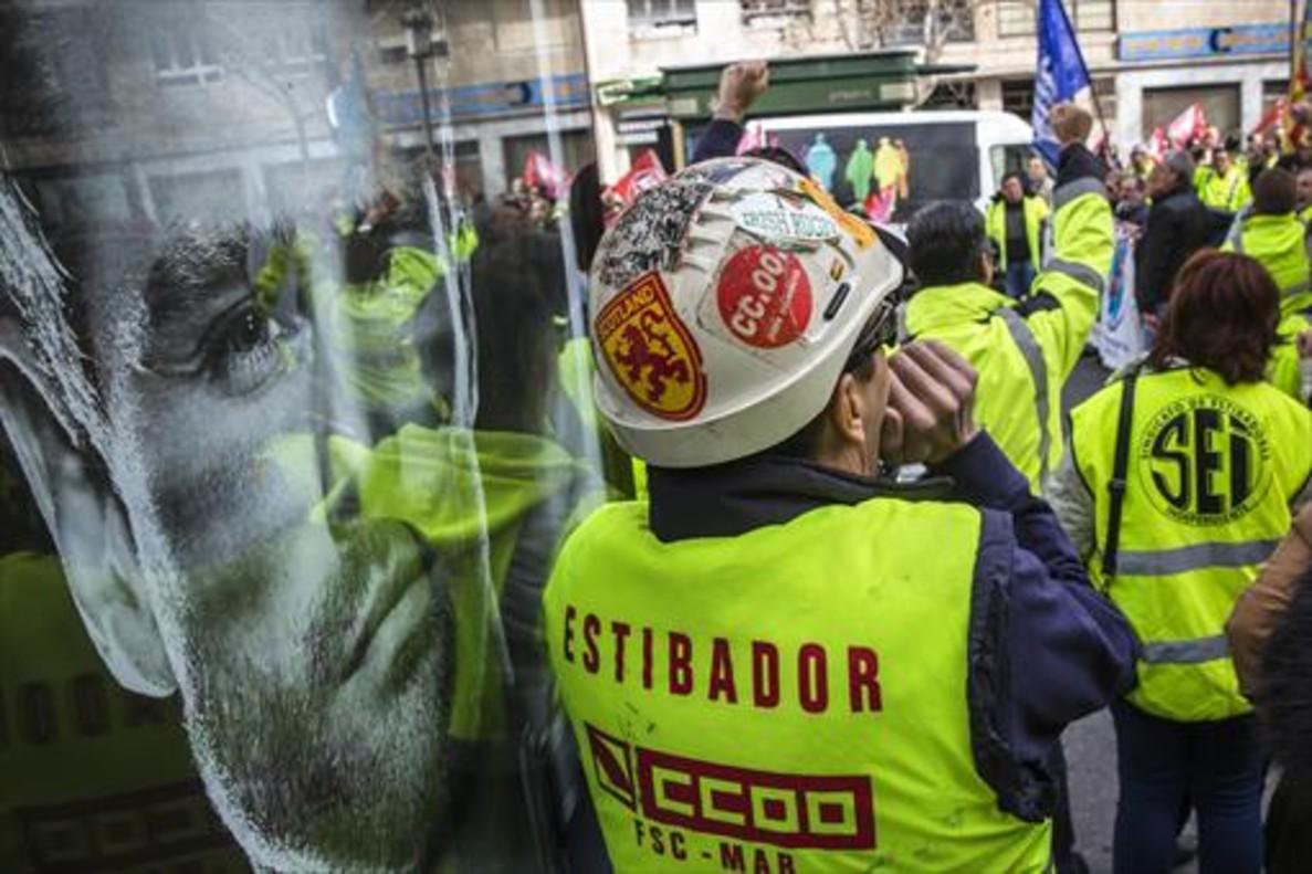Protesta de estibadores ante la sede de la Delegación del Gobierno en València, en febrero pasado.