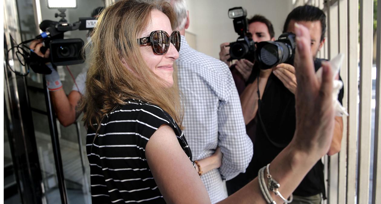 La abogada valenciana María José Carrascosa, con su padre, en el aeropuerto de Manises, en València, este martes.