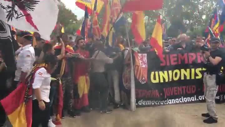 Los manifestantes de la extrema derecha han quemado estelades en Montjuïc.