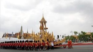 Soldados portan la urna real del fallecido rey Bhumibol Adulyadej durante su ceremonia de cremacion en el Crematorio Real en Sanam Luang en Bangkok Tailandia hoy 26 de octubre de 2017.