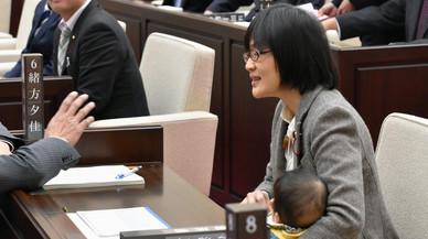 Una regidora japonesa és forçada a abandonar el ple per portar-hi el seu nadó