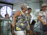 Usuariosdel tren R1, con origen en Blanes, en la parada de Plaza Catalu�a, el pasado mi�rcoles.
