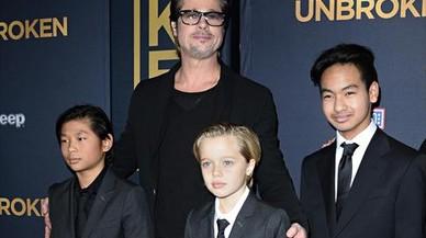Brad Pitt posa con tres de sus seis hijos, en el estreno de la pel�cula 'Unbroken', en diciembre del 2014.