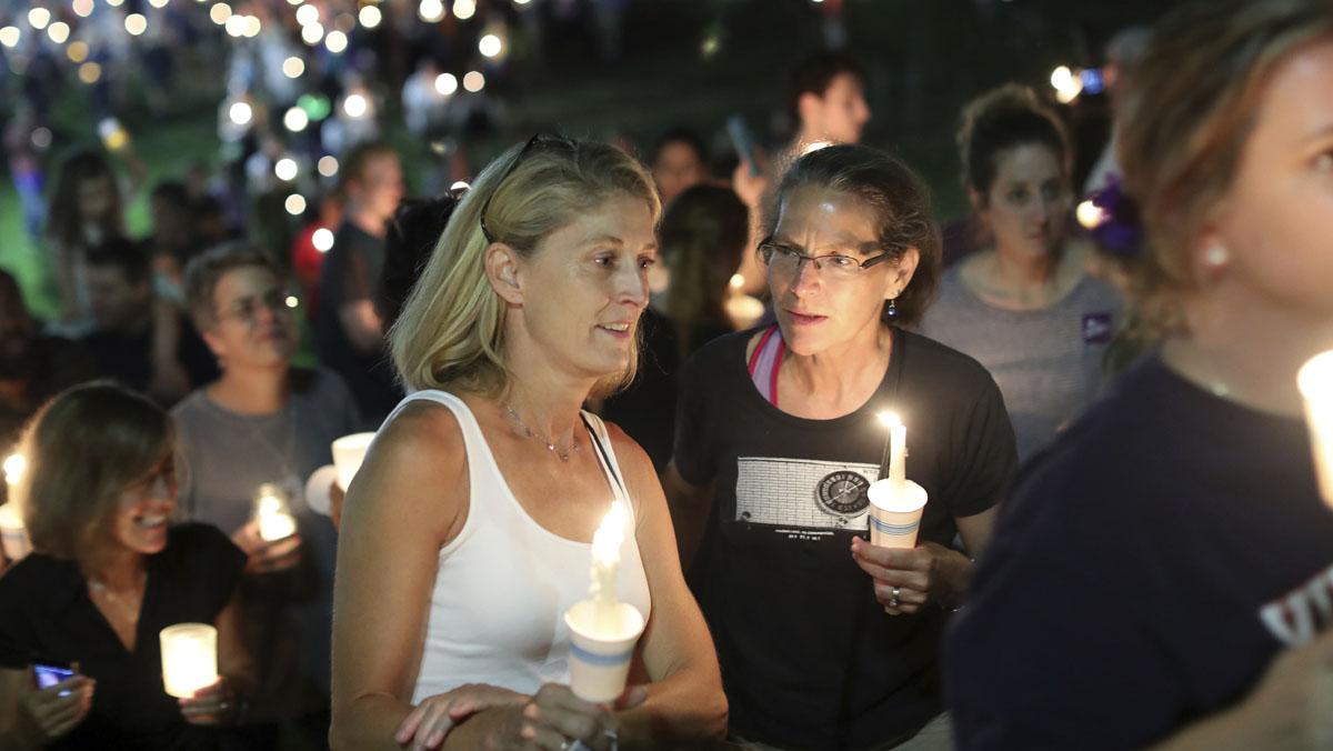 Centenars de persones es reuneixen per homenatjar la dona morta a Charlottesville