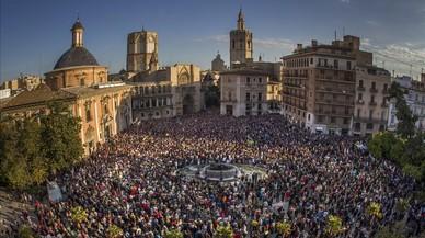 Concentración en apoyo a las víctimas del accidente del metro de València, en la plaza de la Virgen, en el 2013.
