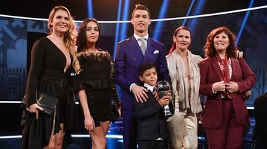 Cristiano Ronaldo posa con su familia. En el centro, su hijo Cris, y a su derecha, Georgina Rodríguez, su nueva novia.