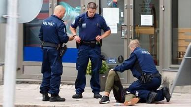 Un home causa dos morts i set ferits apunyalant diverses persones en una ciutat de Finlàndia