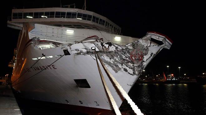 Una mancha de combustible invade el puerto de Las Palmas tras el accidente de un ferry