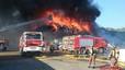 Els bombers treballen en un incendi en una empresa de desballestament de Vallbona d'Anoia