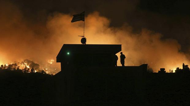Els bombers lluiten contra un gran incendi declarat a prop d'Atenes