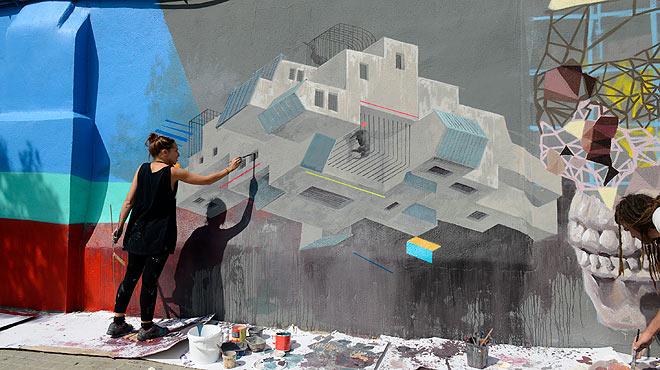 Instal�laci� 'Mur transitable': murals i grafits al passeig de la Circumval�laci�.