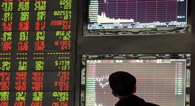 Un inversor controla los movimientos de la bolsa china..