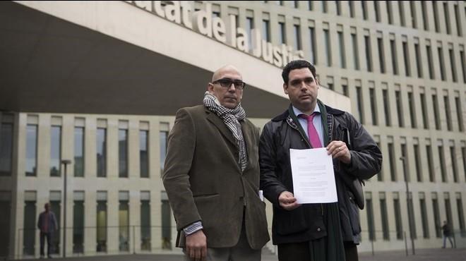 De izquierda a derecha, Manuel B., padrede una de las víctimas de Benítez, y su abogado, Ibán Fernández.