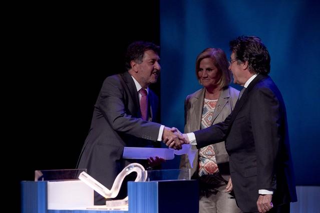 Amancio López Seijas, presidente del grupo hotelero Hotusa (izquierda), con la presidenta del Parlament, Núria de Gispert, y el presidente ejecutivo de Grupo Zeta, Juan Llopart.