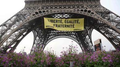 Greenpeace cuelga en la Torre Eiffel una pancarta contra el Frente Nacional