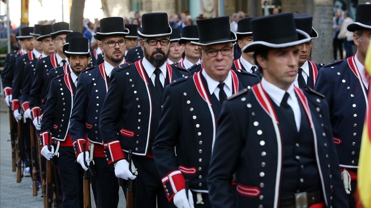 Los Mossos con su uniforme de gala, a su llegada al monumento de Rafael Casanova.