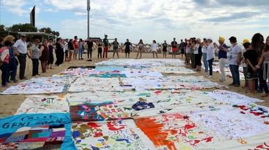 La playa de la Nova Icària se llena de solidaridad con los refugiados