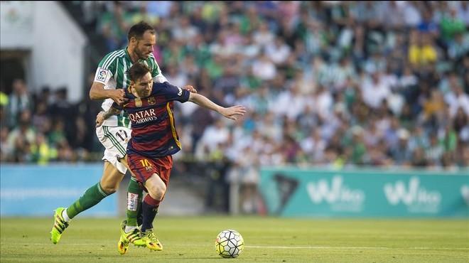 Messi, presionado por Westermann en el Villamar�n.