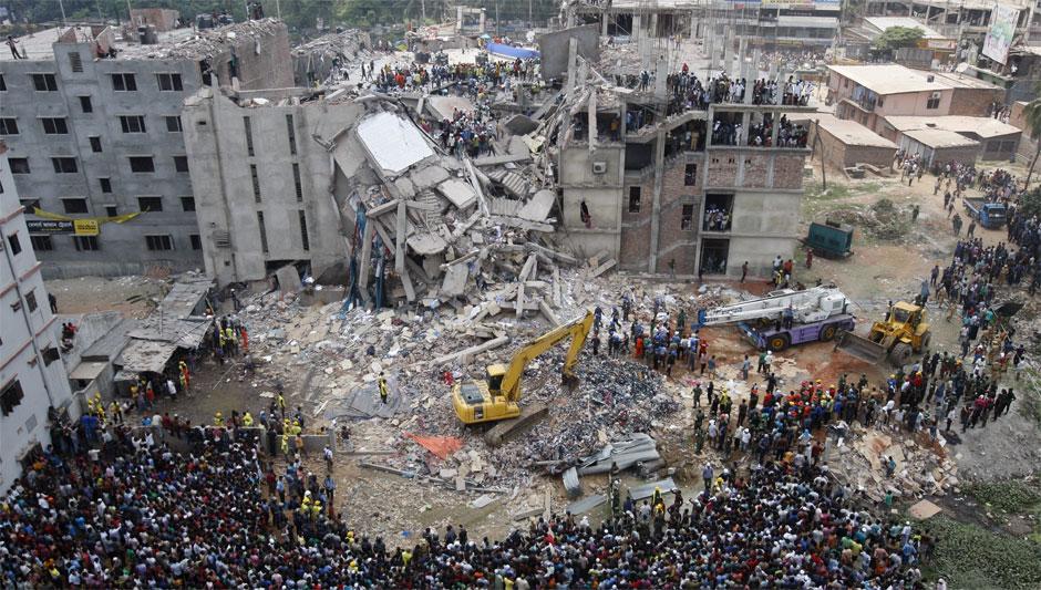 Miembros de los servicios de rescate trabajan en la recuperación de las víctimas que quedaron atrapadas bajo los escombros tras el derrumbe de un edificio que albergaba varias fábricas textiles en las afueras de Dacca, Bangladesh, el 24 de abril de 2