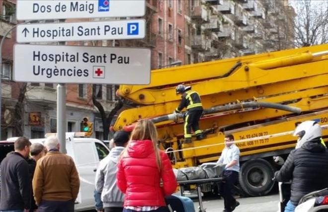 Muere una motorista al colisionar con una grúa en Horta-Guinardó