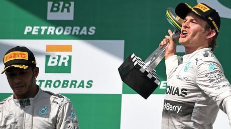 Nico Rosberg celebra su triunfo en el GP de Brasil ante Lewis Hamilton, en el circuito de Interlagos