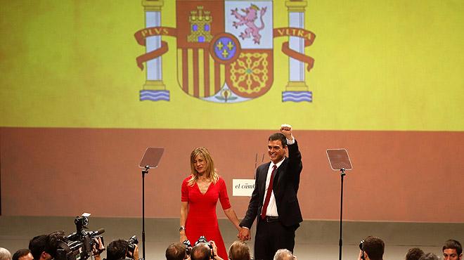 Sánchez enarbora la bandera d'Espanya i demana «moderació»