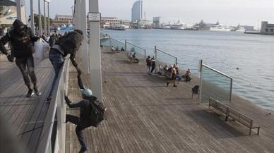 Presència policial contra els manters a les zones de Port Vell, el moll de la Fusta i el Maremàgnum.