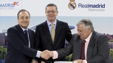 El presidente del Real Madrid, Florentino Pérez, junto al entonces alcalde de Madrid, Alberto Ruiz-Gallardón, en un acto del 2010.