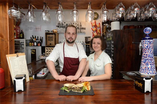 Rubén Ruiz y Cristina Coromí, en el microrrestaurante La Taverna dels 11