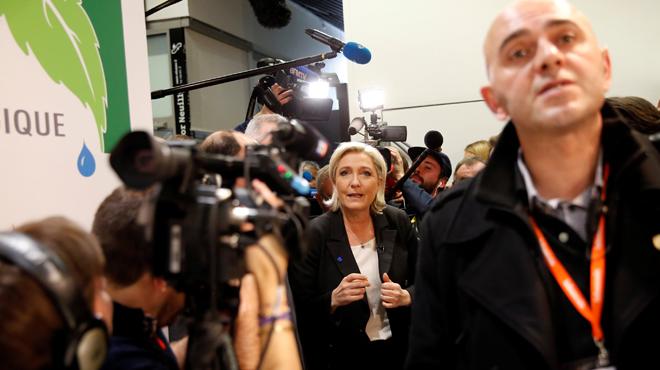 La seguridad de Marine Le Pen golpea a un periodista, el pasado día 2, por preguntar por la contratación irregular de guardaespaldas.