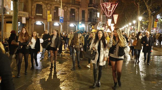 La Shopping Night reuneix una multitud entre paraigües