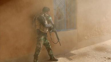 Un soldado iraquí durante los enfrentamientos con combatientes del estado islámico en Al-Qasr Sureste de Mosul, Irak.