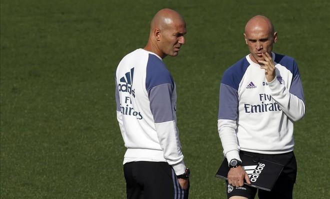 Zinedine Zidane y su ayudante, David Bettoni, durante el entrenamiento de este viernes en la ciudad deportiva de Valdebebas.