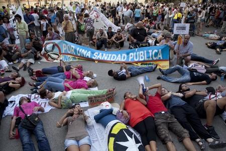 Manifestantes tumbados ante la entrada de la sede de la Conselleria de Salut, este viernes en Barcelona.