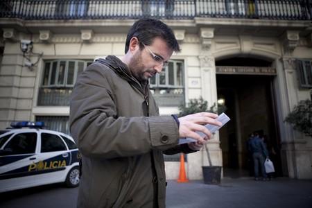 Jordi Évole en el rodaje de 'Justicia, ¿igual para todos?' delante de la jefatura de Vía Laietana de Barcelona.