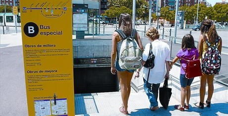 Cartel informativo sobre el servicio alternativo de bus en la estacin de Gorg, ayer.