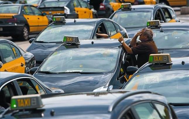 Hileras de taxis esperando su turno para encochar en la parada de la estación de Sants, el 26 de septiembre.