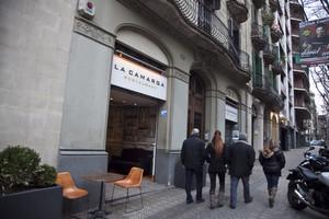 Unes persones passen pel davant del restaurant La Camarga, al carrer dAribau de Barcelona.